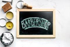 Concepto masculino de la peluquería con las herramientas de la barbería en la opinión superior del fondo blanco Imagen de archivo