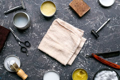 Concepto masculino de la peluquería con las herramientas de la barbería en la opinión superior del fondo gris Imagen de archivo libre de regalías
