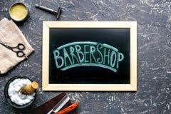 Concepto masculino de la peluquería con las herramientas de la barbería en la opinión superior del fondo gris Fotografía de archivo libre de regalías