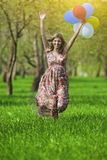 Concepto moderno de la forma de vida Hembra rubia caucásica joven con el manojo de balones de aire Imágenes de archivo libres de regalías