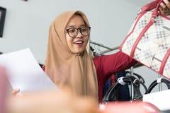 Concepto musulmán joven del empresario de la empresaria - imagen fotografía de archivo