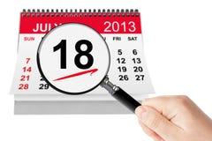 Concepto nacional del día de perrito caliente. Calendario del 18 de julio de 2013 con magnifi Fotos de archivo