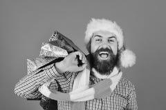 Concepto negro de la venta de viernes Papá Noel con los paquetes coloridos imagen de archivo