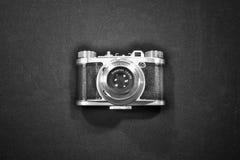 Concepto nostálgico del arte de la visión superior de cámara retra vieja del vintage aislada y destacada en blanco y negro Foto de archivo libre de regalías