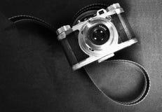 Concepto nostálgico del arte de la visión superior de cámara retra vieja del vintage y tira de la película en blanco y negro Imagen de archivo libre de regalías