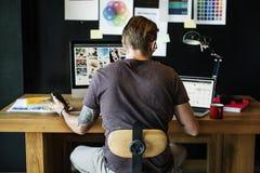 Concepto ocupado de Editing Home Office del fotógrafo del hombre foto de archivo libre de regalías