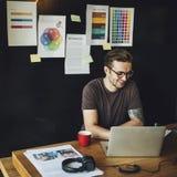 Concepto ocupado de Editing Home Office del fotógrafo del hombre imágenes de archivo libres de regalías