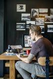 Concepto ocupado de Editing Home Office del fotógrafo del hombre imagenes de archivo