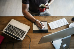 Concepto ocupado de Editing Home Office del fotógrafo del hombre Imagen de archivo libre de regalías