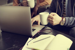 Concepto ocupado de Working Coffee Shop del hombre de negocios fotos de archivo