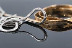 Concepto: opción entre la plata y la cadena del oro fotos de archivo
