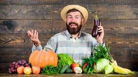 Concepto orgánico de la horticultura Crezca las cosechas orgánicas Alimento biológico de cosecha propia Hombre con el fondo de ma foto de archivo libre de regalías