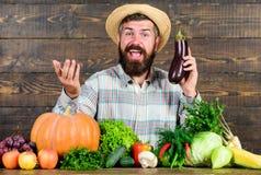 Concepto orgánico de la horticultura Granjero con las verduras orgánicas El cultivar un huerto y los sistemas de cultivo prescrib imagen de archivo libre de regalías