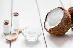 Concepto orgánico de los cosméticos con el coco en maqueta del fondo de la tabla Fotografía de archivo libre de regalías