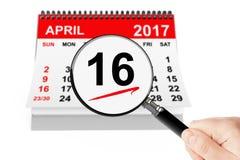 Concepto ortodoxo de Pascua 16 de abril de 2017 calendario con la lupa fotografía de archivo