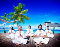 Concepto pacífico de la naturaleza de la playa de la meditación de la yoga de la gente Fotos de archivo