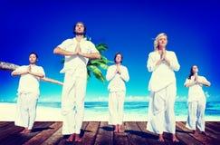 Concepto pacífico de la naturaleza de la playa de la meditación de la yoga de la gente Fotografía de archivo