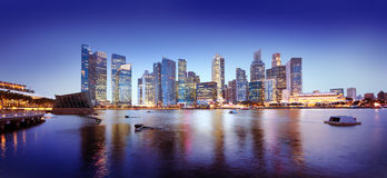 Concepto panorámico de la noche de Singapur del paisaje urbano Fotografía de archivo libre de regalías