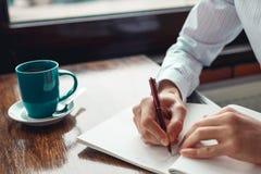 Concepto para hacer el mensaje de la lista en el cuaderno con las manos del hombre de negocios Fotografía de archivo