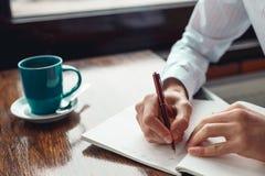 Concepto para hacer el mensaje de la lista en el cuaderno con las manos del hombre de negocios Imagen de archivo libre de regalías