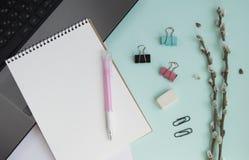 Concepto para la mesa del ` s de la muchacha En el escritorio es el ordenador portátil foto de archivo