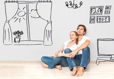 Concepto: pares felices en nuevo interior del sueño y del plan del apartamento Imágenes de archivo libres de regalías