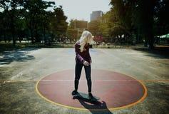 Concepto patinador del adolescente de la muchacha del deporte del monopatín del patín Foto de archivo
