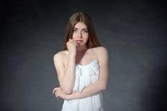 Concepto pensativo, tímido, de pensamiento La mujer cruzó sus brazos Imagenes de archivo