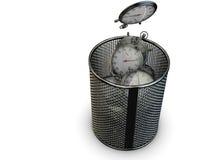 Concepto perdido del tiempo con el cronómetro y el cubo de la basura Imágenes de archivo libres de regalías