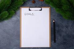 Concepto personal de las metas El papel en blanco con metas titula y lápiz negro en la tabla gris Endecha plana Visión superior A imagen de archivo