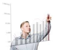 Hombre de negocios joven que presiona el botón en gráfico de levantamiento. Fotografía de archivo libre de regalías