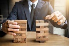 Concepto, plan y estrategia alternativos del riesgo en el negocio, joven i Foto de archivo libre de regalías