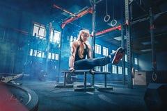 Concepto: poder, fuerza, forma de vida sana, deporte Mujer muscular atractiva potente en el gimnasio de CrossFit fotografía de archivo libre de regalías