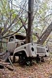 concepto Posts-apocalíptico Los árboles están creciendo del camión oxidado roto abandonado Imagenes de archivo