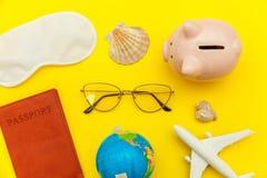 Concepto puesto plano simple mínimo del viaje de la aventura del viaje en fondo moderno de moda colorido amarillo fotografía de archivo