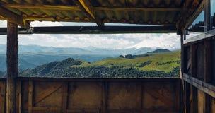 Concepto que acampa del viaje de la aventura Vista escénica del monte Elbrus de la ventana del mirador Imagen de archivo libre de regalías
