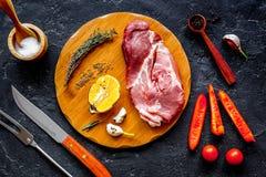 Concepto que cocina el filete de la carne en la opinión superior del fondo oscuro fotografía de archivo