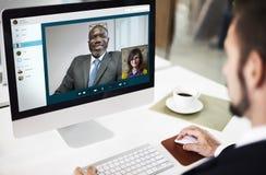 Concepto que habla de la llamada de la reunión video de la charla imagenes de archivo