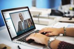 Concepto que habla de la llamada de la reunión video de la charla fotografía de archivo libre de regalías