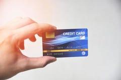 Concepto que hace compras de la tarjeta de cr?dito - mano que lleva a cabo el pago con tarjeta de cr?dito foto de archivo