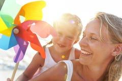Concepto que sopla de papel de la turbina de la playa del hijo de la madre fotografía de archivo libre de regalías