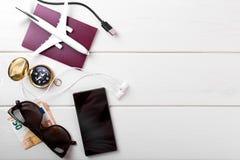 Concepto que viaja - artículos del viaje en el fondo de madera blanco con Foto de archivo