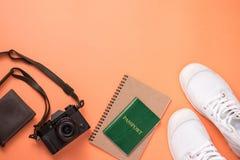 Concepto que viaja del verano Accesorios de las vacaciones en backgro anaranjado Foto de archivo libre de regalías
