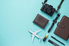 Concepto que viaja del verano Accesorios de las vacaciones en backgroun azul Imágenes de archivo libres de regalías