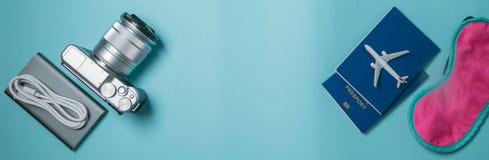 Concepto que viaja - essencials que viajan en fondo azul Imagen de archivo libre de regalías
