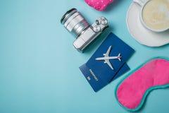 Concepto que viaja - essencials que viajan en fondo azul Fotos de archivo libres de regalías