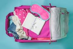 Concepto que viaja - essencials que viajan en fondo azul Fotografía de archivo libre de regalías