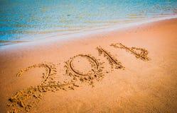 Concepto que viene del Año Nuevo 2018 Dígitos en la playa de la arena Fotos de archivo
