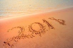 Concepto que viene del Año Nuevo 2018 Dígitos en la playa de la arena Imagen de archivo libre de regalías