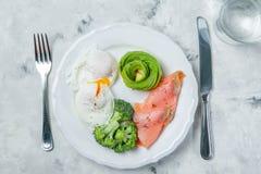 Concepto quetogénico de la comida - placa con la comida del keto imagen de archivo